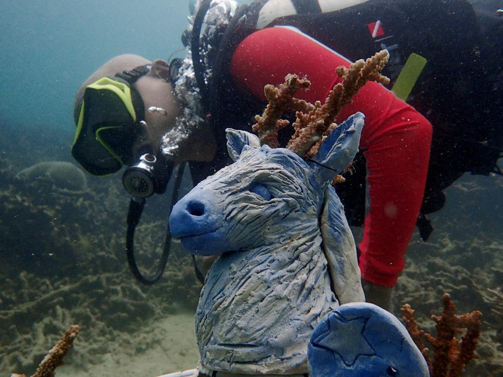 plongeur et sculpture pour bouturage de corail