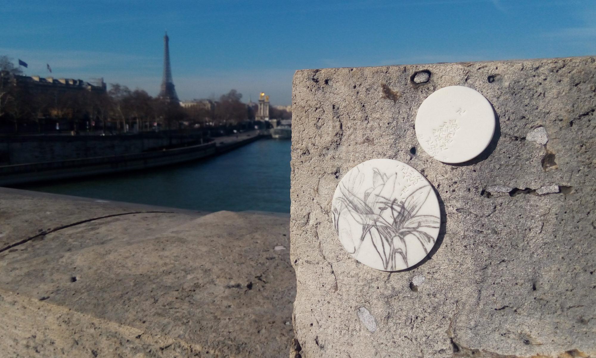 disque de céramique sur le pont de la Concorde à Paris
