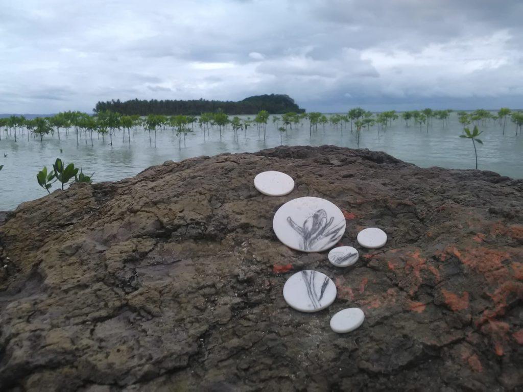 Les céramiques réalisées par l'artiste Marina ZINDY et intitulées Graines de Haine, sont installées dans différentes parties du globe comme ici, en Indonésie dans une mangrove.