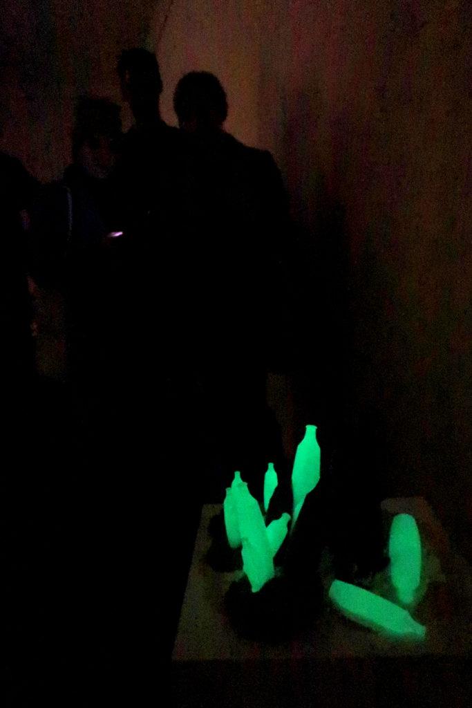 vernissage de l'exposition avec des bouteilles phosphorescentes